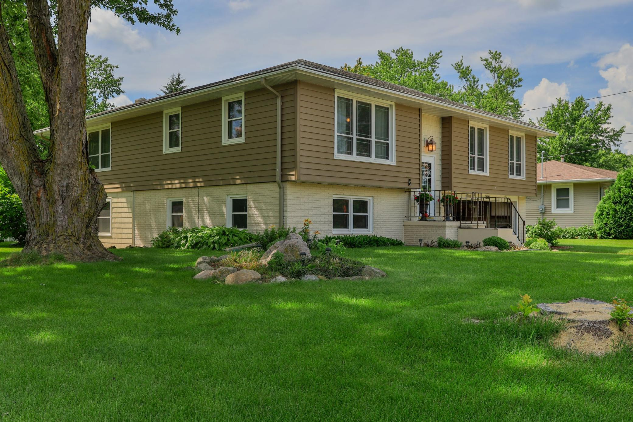 1601 Hobart, Grinnell, Iowa 50112-1249, 4 Bedrooms Bedrooms, ,1 BathroomBathrooms,Single Family,For Sale,Hobart,5618353