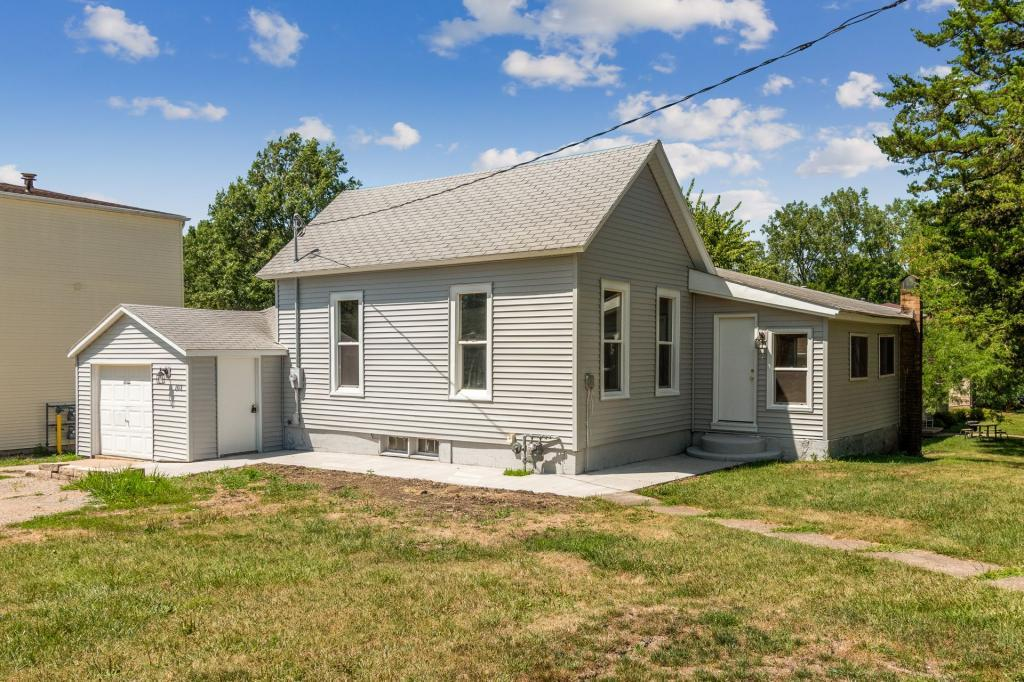 103 4th, Grinnell, Iowa 50112, 2 Bedrooms Bedrooms, ,1 BathroomBathrooms,Single Family,For Sale,4th,5547497
