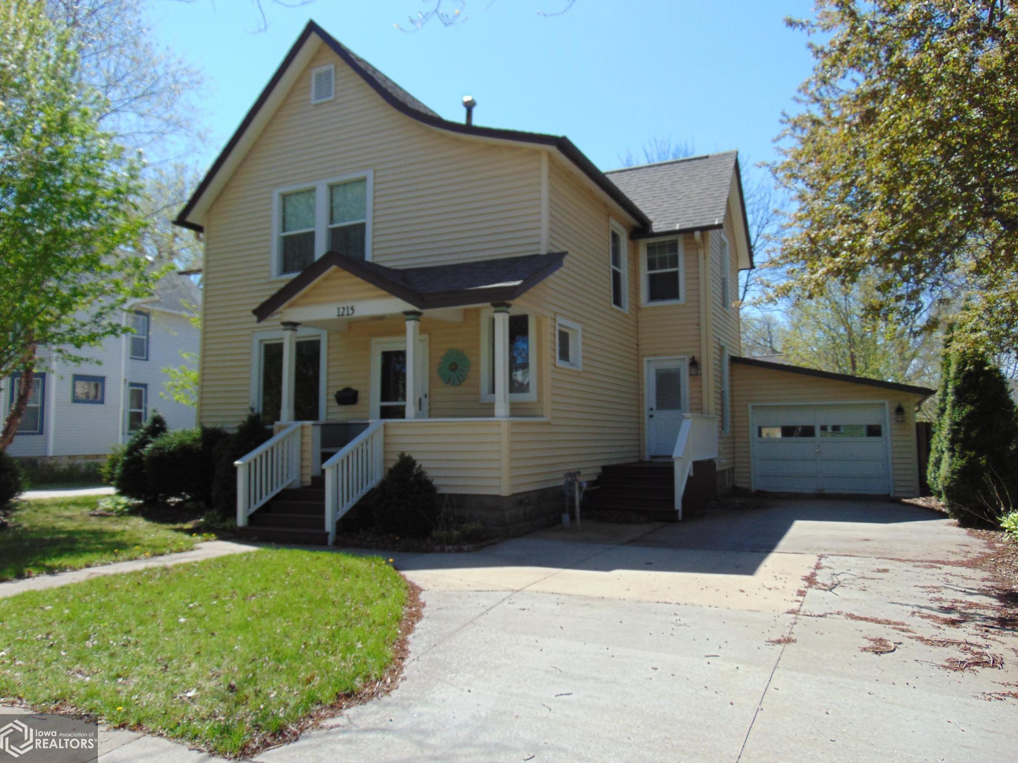 1215 Broad, Grinnell, Iowa 50112-8351, 5 Bedrooms Bedrooms, ,Single Family,For Sale,Broad,5716585